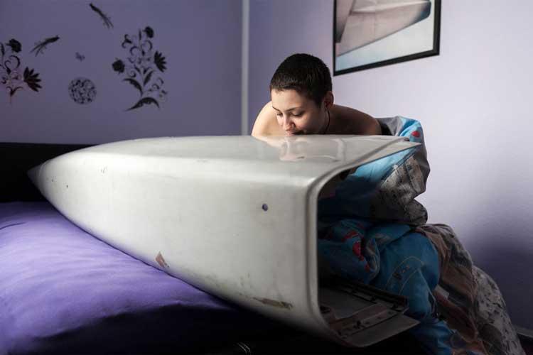 """Die Journalistin Kathrin Ahäuser hat sich auf Multimedia-Storytelling spezialisiert. Ihr Projekt """"Du liebes Ding!"""" stellt per Foto und Film auf sehr sensible Weise Menschen vor, die Gegenstände lieben (Objektophilie). Wie Michèle: Sie liebt Flugzeuge des Typs Boeing 737-800. Mit einigen Teilen davon liegt sie sogar im Bett und hat auch Sex mit ihnen."""
