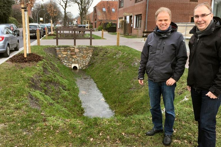 Jens de Boer (rechts) und Reinhard Hövel bei einem Ortstermin am Hochheider Weg. Hier sollen naturnahe Gräben zur Regenwasserrückhaltung hergestellt und mit dem Regenwasserkanal verbunden werden.