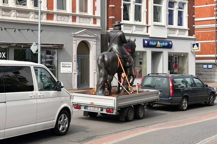 Ein Reiterstandbild mit Graf Anton Günther ist zu einem fahrenden Denkmal geworden.