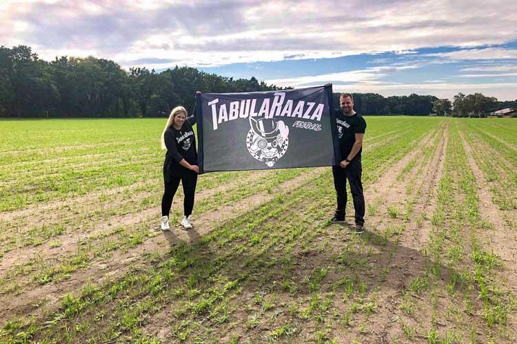 """Hier entsteht der Campingplatz """"CampaRaaza"""". Jan Meiners und seine Frau Neele Bohnert-Meiners auf dem Festival-Areal."""