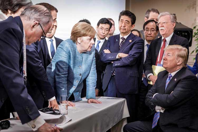 """Von seiner Arbeit berichten wird Jesco Denzel am 21. Februar im Oldenburger Stadtmuseum. Er hat mit einer Aufnahme aus Lagos (Nigeria) den ersten Platz in der Kategorie """"Aktuelles Zeitgeschehen"""" belegt. Der aus Bremerhaven stammende Jesco Denzel gehört zum Team der deutschen Regierungsfotografen. Sein Foto von einem Verhandlungsmoment zwischen Angela Merkel und Donald Trump auf dem G7-Gipfel 2018 in Kanada zählt zu den Ikonen der politischen Fotografie."""