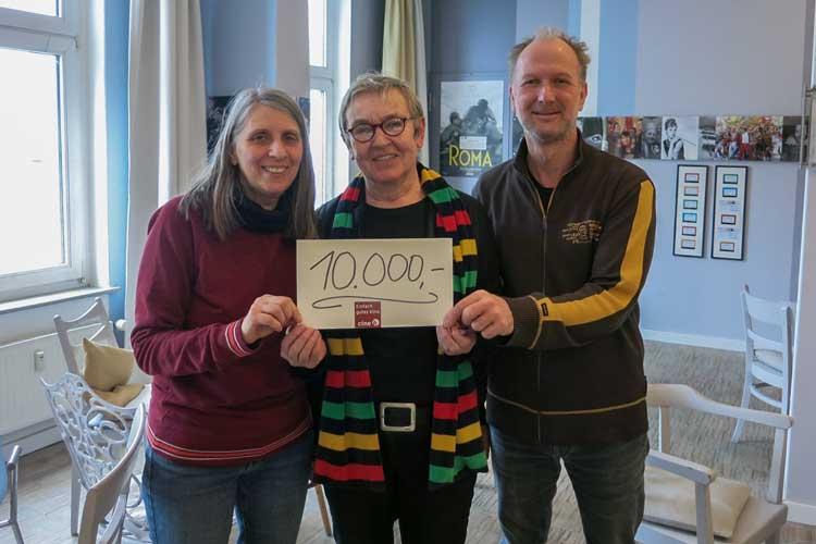 Marion Fittje (links) vom Cine k und Medienbüro Oldenburg freut sich über die Spende in Höhe von 10.000 Euro aus den Händen von Helga Wilhelmer (1. Vorsitzende) und Volker Schulze (Vorstandsmitglied).