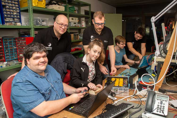 Michael Springwald, Jannika Hohlfeld, Patrick Günther, Sven Recker, Ferdinand Hartke und Mark-Christian Bruns sind beim CoderDojo in Oldenburg mit Spaß bei der Sache.