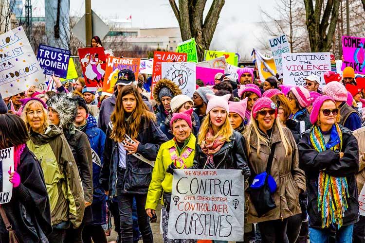 Am Internationalen Frauentag, 8. März, demonstrieren Frauen für ihre Rechte.