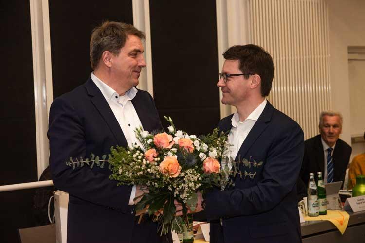 Oberbürgermeister Jürgen Krogmann überreichte nach der Wahl Blumen an Dr. Sven Uhrhan.