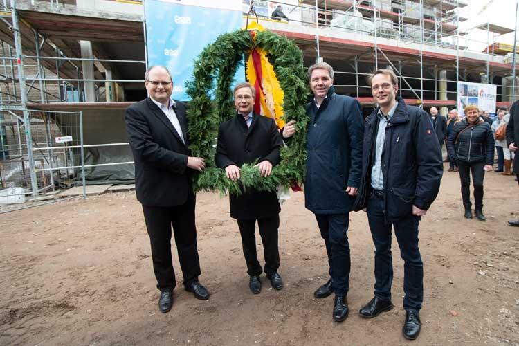 Dirk Hoffmann, Stefan Könner, Jürgen Krogmann und Architekt Malte Selugga freuen sich darüber, dass der Bau im Zeitplan ist.