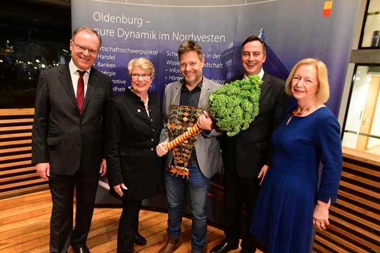 Robert Habeck (Mitte) ist neuer Oldenburger Grünkohlkönig, Ministerpräsident Stephan Weil, Bürgermeisterin Germaid Eilers-Dörfler, Habecks Vorgänger David McAllister und die ehemalige Kohlkönigin und frühere Bundesforschungsministerin Johanna Wanka (von links) gratulierten.