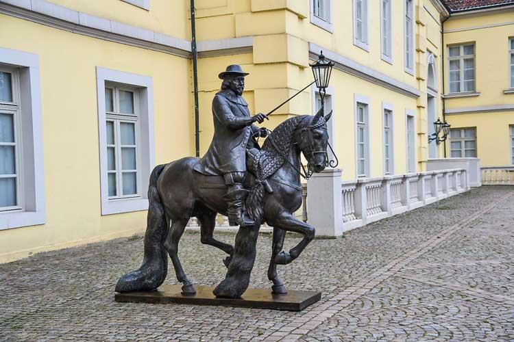 Das Reiterstandbild des Grafen Anton Günther steht nicht mehr vor dem Schloss.