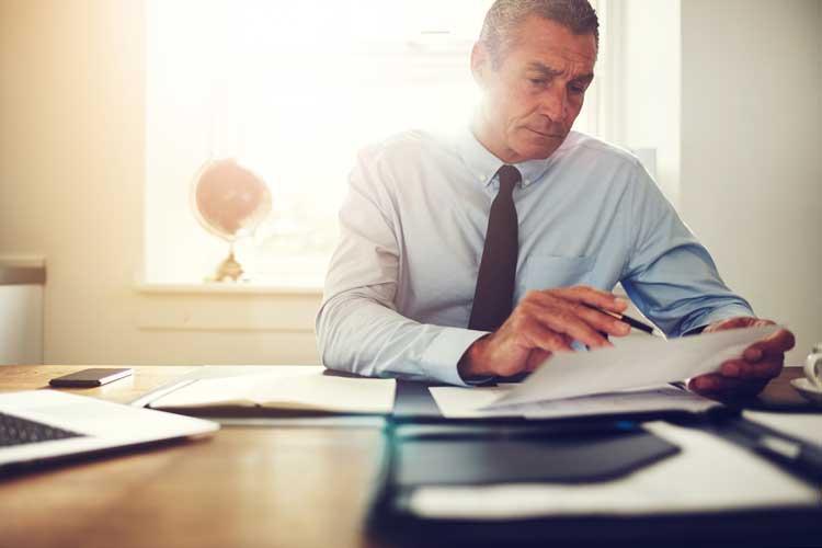 Der Anwalt berät seinen Mandanten über die Rechtslage, die Erfolgschancen und die Möglichkeiten für eine Beweissicherung.