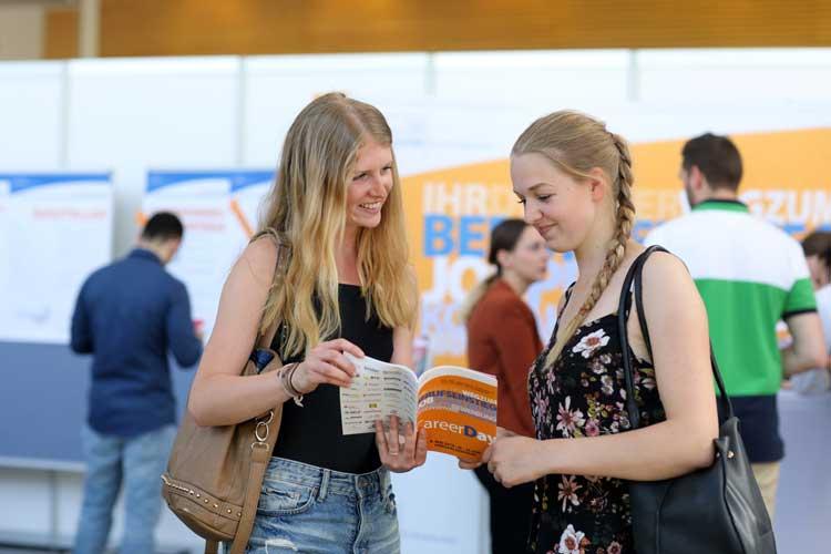 Beim Career Day haben Studierende die Möglichkeit, sich rund um das Thema Berufseinstieg zu informieren.