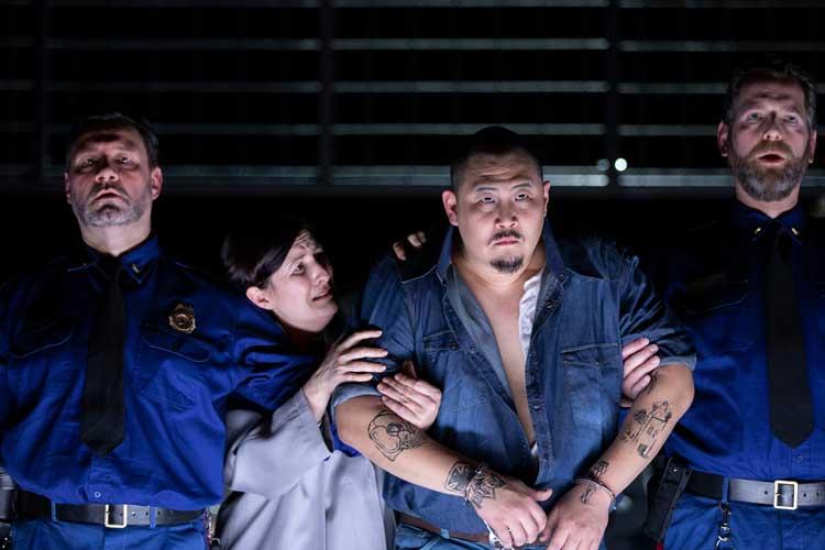 """Die Oper """"Dead Man Walking"""" ist im Großen Haus des Oldenburgischen Staatstheaters zu sehen. Die Hauptpartien singen Melanie Lang (2. von links) und Kihun Yoon (3. von links). Zum Ensemble gehören auch Andreas Lütje (links) und Alwin Kölblinger."""