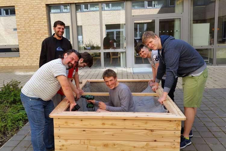 """Auch die BBS III hat Hochbeete im Rahmen des Projektes """"Essbare Schulen Oldenburg"""" des Ernährungsrates Oldenburg bekommen."""