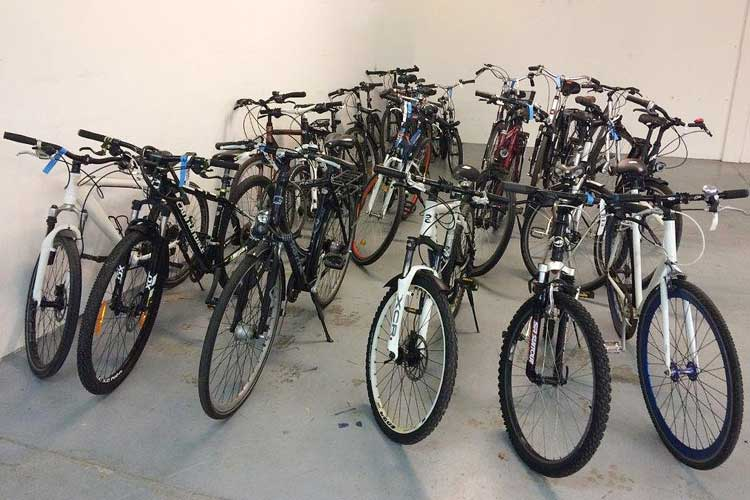20 gut erhaltene Fund-Fahrräder werden in einer Online-Auktion versteigert.