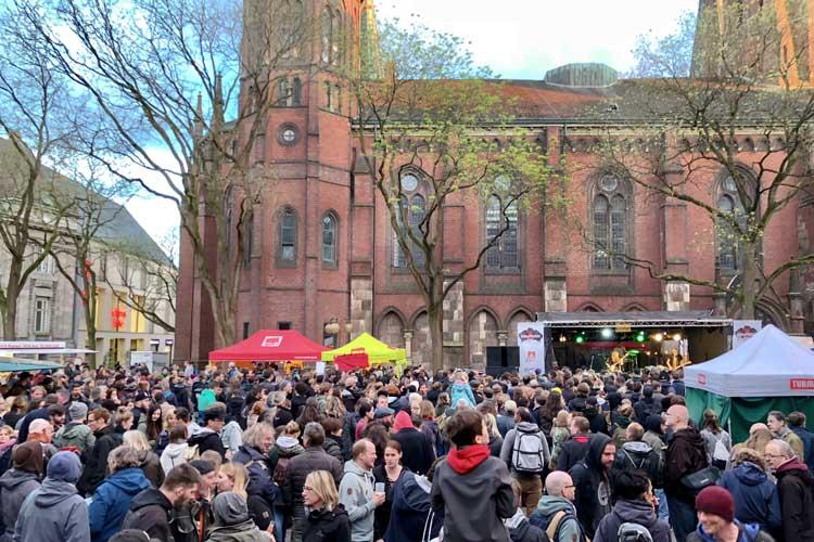 """Traditionell findet am 30. April vor der Mai-Kundgebung """"Rock gegen Rechts"""" auf dem Rathausmarkt statt."""