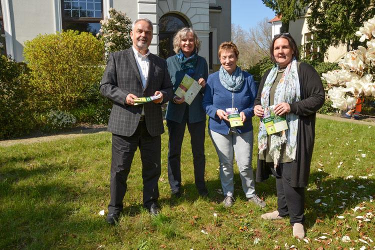 Landschaftspräsident Thomas Kossendey, Irmtraud Eilers (Leiterin AG Kulturtourismus), Edith Buskohl (AG Kulturtourismus) und Dr. Natalie Geerlings (Stellvertretende Regionalleiterin LEB Weser-Ems Nord) (von links) haben heute das Programm vorgestellt.