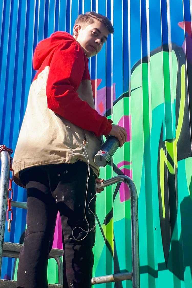 Graffitikünstler Teetje Lehmann während der Arbeit in Oldenburg.