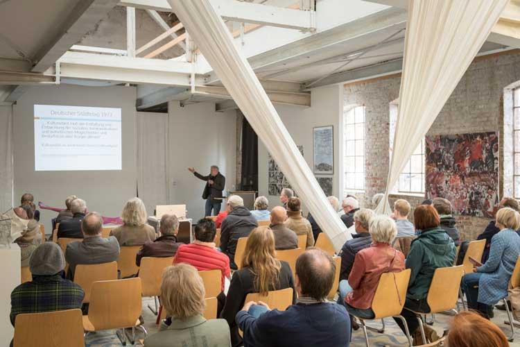 Das Oldenburger Forum für Baukultur, der Verein bau_werk, lädt auch in diesem Jahr zu Vorträgen, Diskussionsrunden und Ausstellungen ein.