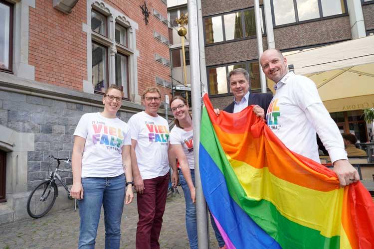 Hissten die Regenbogenflagge vorm Rathaus: Oberbürgermeister Jürgen Krogmann sowie Ilka Flöck, Klemens Sieverding, Svenja Thiele und Kai Bölle vom Verein CSD Nordwest.