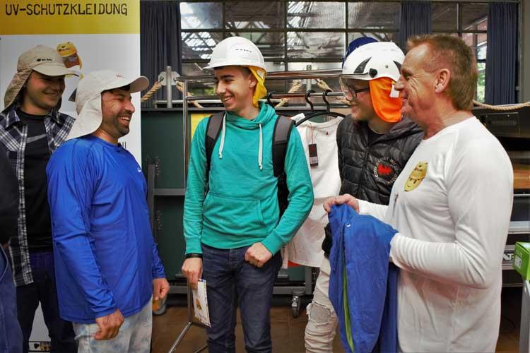 Die Berufsgenossenschaft der Bauwirtschaft informiert in Ausbildungszentren der Region junge Beschäftigte zum Thema UV-Schutz.