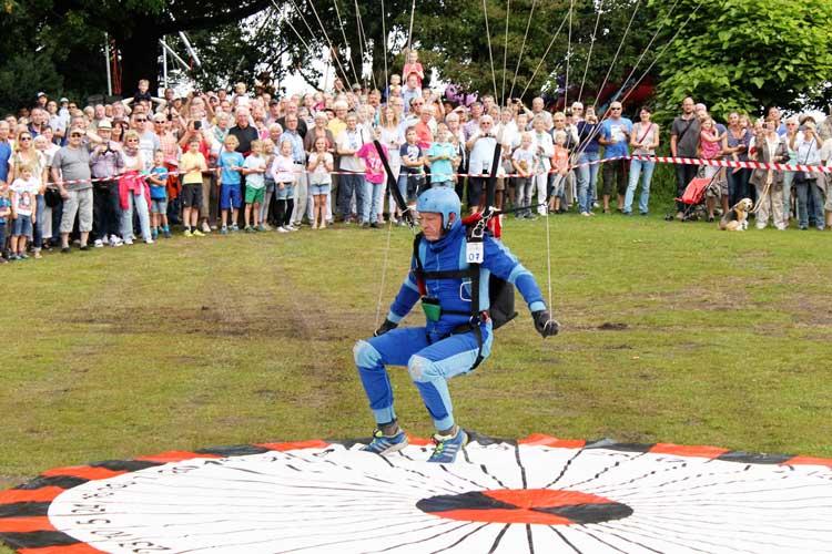 Die Besucherinnen und Besucher der Zwischenahner Woche können tippen und gewinnen: Werden die Fallschirmspringer eine Zahl treffen?