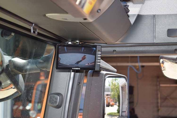 """Ein zusätzlicher Bildschirm – der Abbiegeassistent – ermöglicht dem Fahrer, den """"toten Winkel"""" einzusehen"""