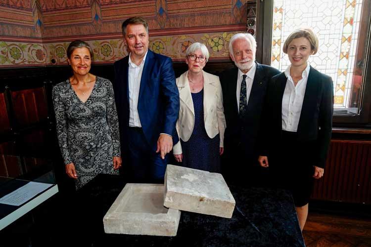 Sabine Stührholdt (Stadtmuseum), Oberbürgermeister Jürgen Krogmann, Dr. Elisabeth Schlesinger, Ernst Sittig (beide Jüdische Gemeinde zu Oldenburg) und Rabbinerin Alina Treiger (von links) mit dem Grundstein der alten Oldenburger Synagoge.