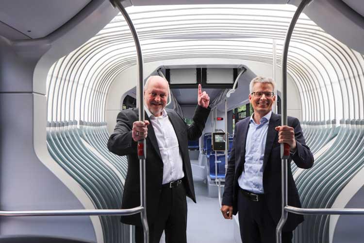 Michael Emschermann (VWG) und Dr. Dirk Ansorge (MAN) zeigen den lichtdurchlässigen Faltenbalg.