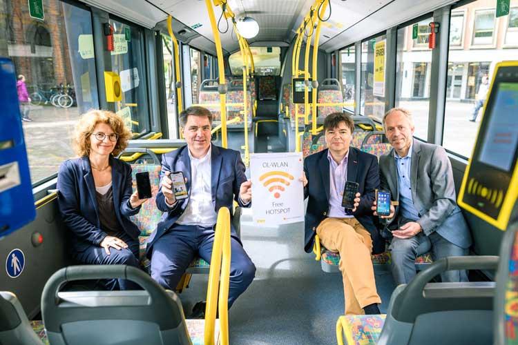 Freuen sich über WLAN in den VWG Bussen: Giuseppina Giordano (Wirtschaftsförderung), Oberbürgermeister Jürgen Krogmann, Morell Predoehl (VWG), Ralph Wilken (Leiter Wirtschaftsförderung).