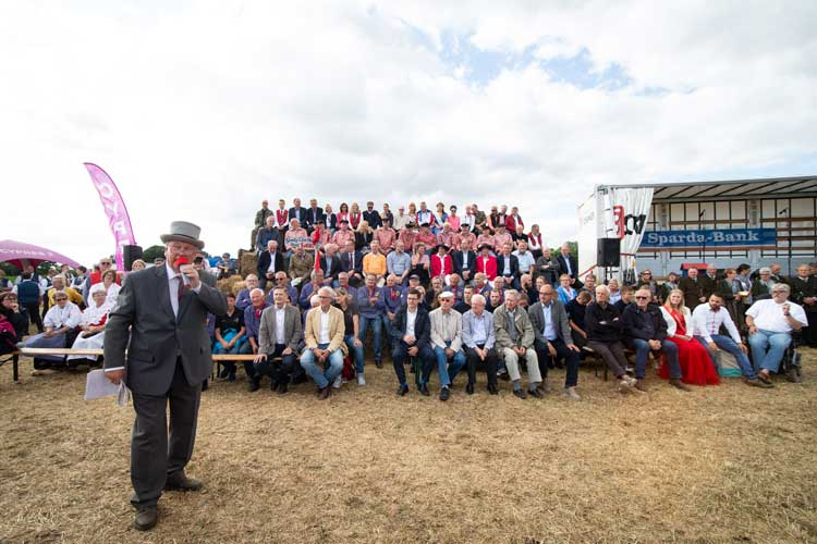 Nach dem Marsch zur Weide begrüßte der Vorsitzende der Stiftung Bahn-Sozialwerk Oldenburg die Gäste.