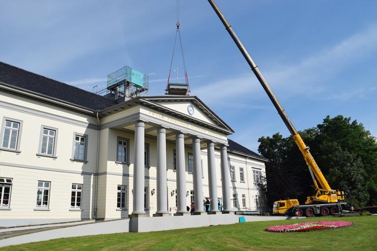 """Die historische """"Dachlaterne"""" wurde mit einem Baukran wieder auf das Kulturzentrum PFL gesetzt."""