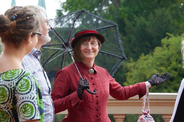 Stadtführerin Christine Krahl entführt die Teilnehmer ins 19. Jahrhundert.