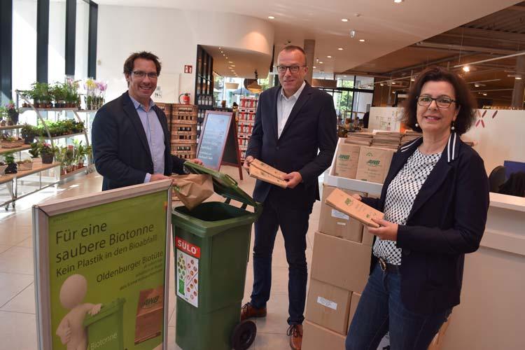 Werben für die Biomüll-Tüte (von links): AWB-Betriebsleiter Volker Schneider-Kühn, aktiv & irma-Geschäftsführer Günter Walter und Angelika Wosnitza (Verwaltung aktiv & irma).
