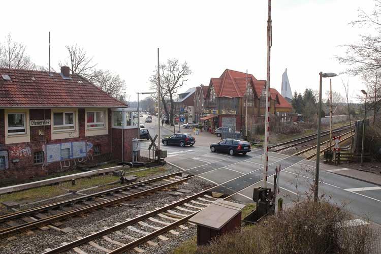 """Sorgt regelmäßig für Staus – und aktuell wieder für Diskussionen: der Bahnübergang """"Am Stadtrand"""" in Ofenerdiek."""