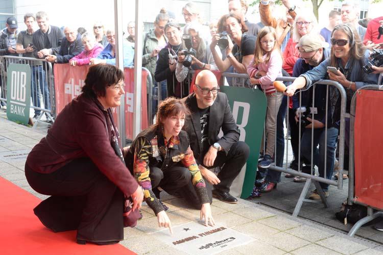 Schauspielerin Amanda Plummer enthüllte gemeinsam mit OLV-Vorstand Karin Katerbauer und Filmfestchef Torsten Neumann den 13. Stern.