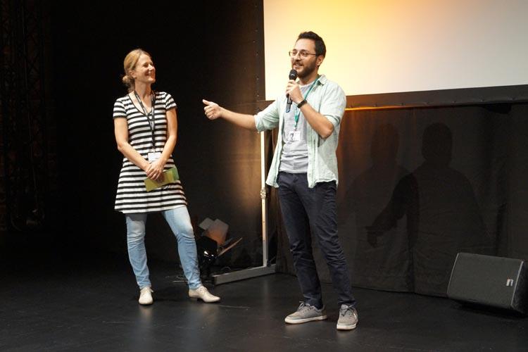 """Der Regisseur von """"Avarya"""", Gökalp Gönen (rechts), stellt sich den drängenden Fragen des Publikums."""