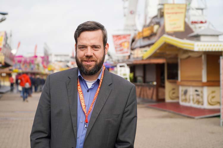 Der neue Marktmeister Dennis Ostendorf ist beim Kramermarkt-Aufbau vor Ort und hat viel zu tun.