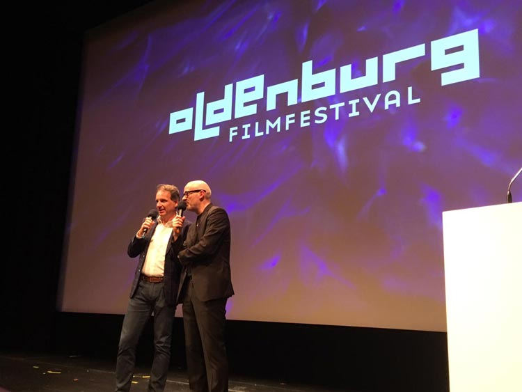 Hausherr Intendant Christian Firmbach und Filmfestleiter Torsten Neumann eröffnen die Closing Night des Filmfestes im Oldenburgischen Staatstheater.