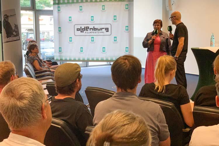 Karin Katerbau (OLB-Vorstand) und Filmfest-Leiter Torsten Neumann hielten die Eröffnungsrede zur Trailer-Preview.