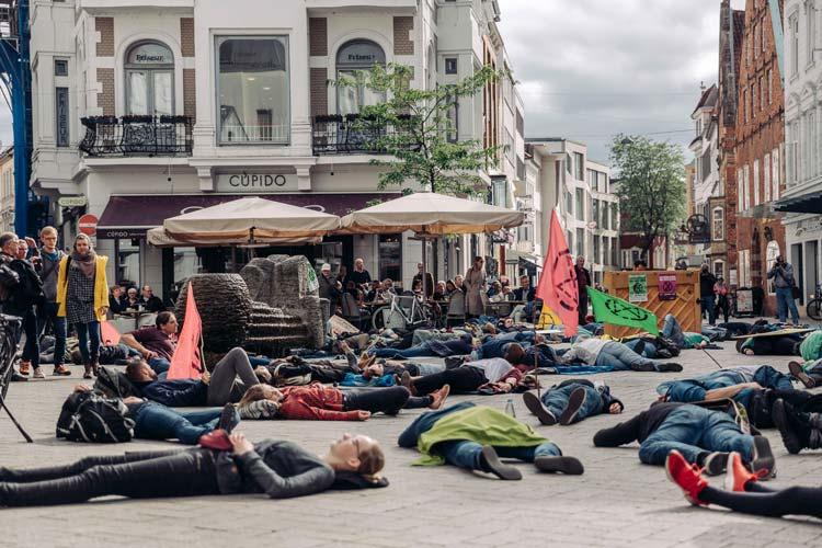 """Am Klimastreik der Bewegung Fridays for Future hat sich XR am Freitag mit einem sogenannten """"Die-In"""" in der Innenstadt beteiligt."""