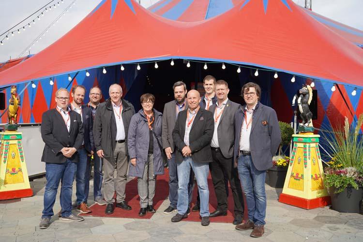 Gruppenbild mit Dame: Sozialdezernentin Dagmar Sachse (Mitte) stellte heute gemeinsam mit Schaustellern und städtischen Mitarbeitern den Kramermarkt 2019 vor.
