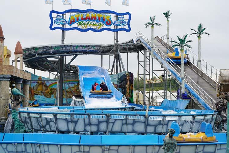 Feucht-fröhlich geht es bei Fahrgeschäft Atlantis Rafting zu.