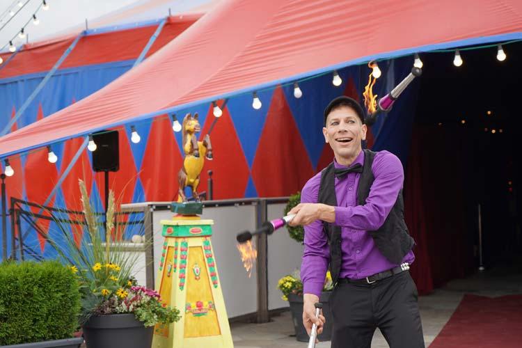 Der Schaustellerverband Oldenburg feiert sein 120-jähriges Bestehen mit einer Ausstellung über die Vergangenheit in einem Zirkuszelt.