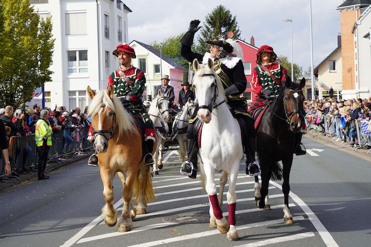 Mehr als 100 Festwagen und Festgruppen zogen durch die Innenstadt zum Kramermarkt.