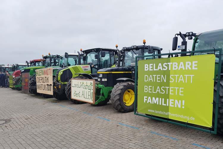 """Die Landwirte protestieren gegen das Agrarpaket des Bundes und gegen das """"Bauern-Bashing""""."""