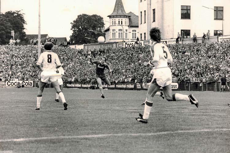 """Bedrohliche Kulisse. Die """"Hölle des Nordens"""" – das ehemalige Donnerschweer Stadion bei einem Spiel im Jahr 1980."""