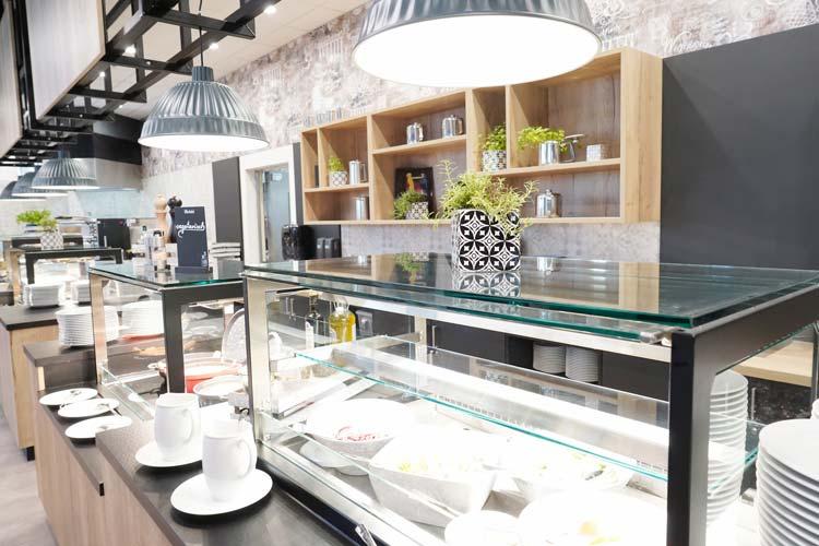 Frühstück, Mittagessen und Abendessen werden am Buffet angeboten.