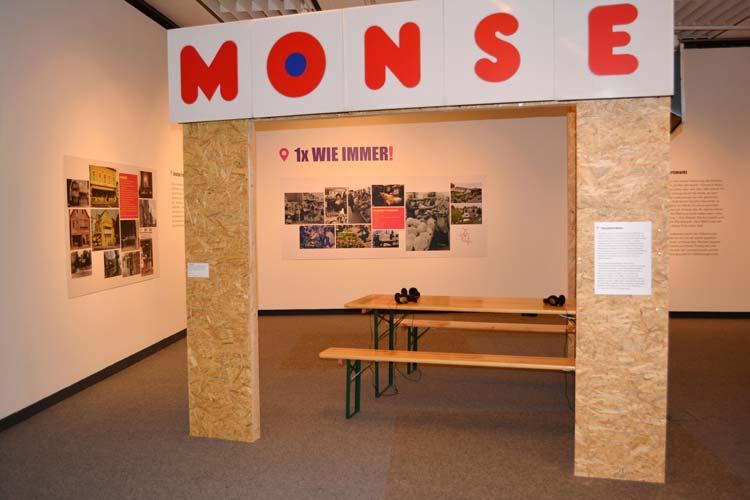 Installation über die ehemalige Fleischerei Monse. Die Leuchtreklame kam nach der Schließung der Fleischerei in den Besitz des Stadtmuseums.