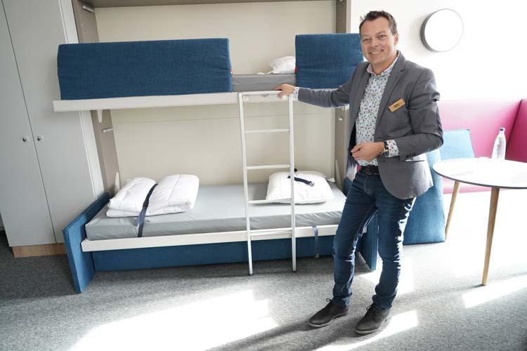 Neben den Einzelbetten können Stockbetten aufgeklappt werden. Herbergsleiter Markus Acquistapace zeigt, wie es geht.