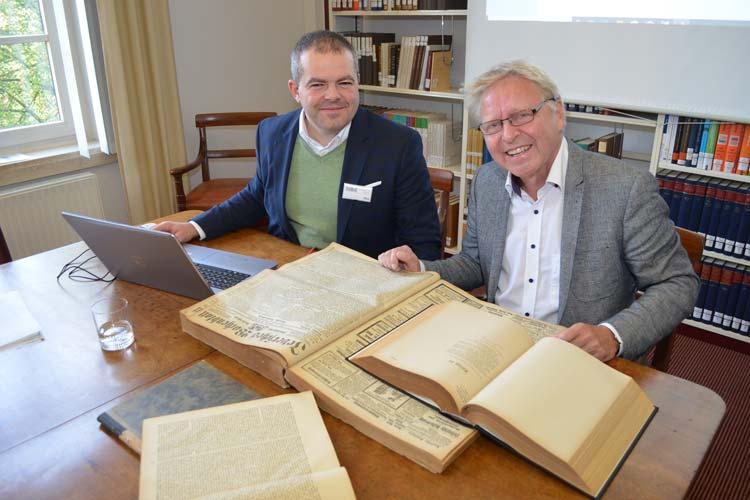 """Matthias Bley und Dr. Klaus-Peter Müller (von links). Vor ihnen das """"Jeversche Wochenblatt""""."""