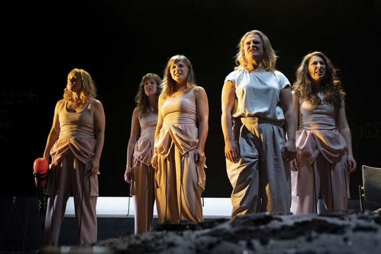 Nientje C. Schwabe (2. von rechts) überzeugt als Medea im Kleinen Haus des Oldenburgischen Staatstheaters in einer ansonsten nicht perfekten Inszenierung.